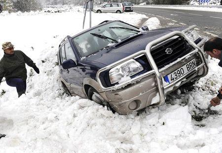 Европа утопает в снегу — техника не справляется