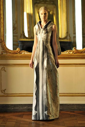 Длинные вечерние платья осень-зима 2011-2011 от Александра Маккуина.