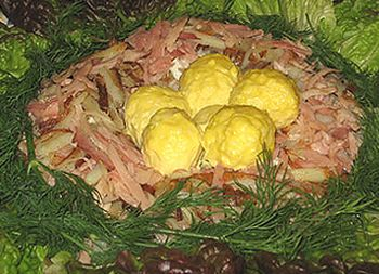Салат вкусный и сытный.  А уж выглядит как - не просто красиво, а очень красиво.  Итак, нам понадобится: 1 куриный...