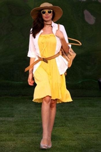 Легкие цветные платья сочетайте со светлыми жакетами.