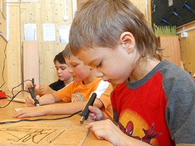 Пирография (выжигание по дереву) - очень древнее искусство.  На занятиях ребенок познакомится с приемами обработки...